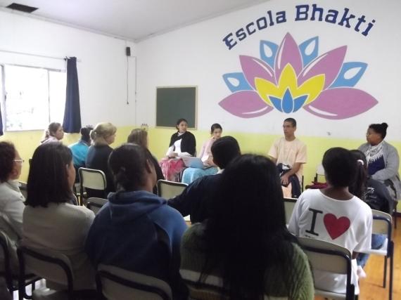 Escola Bhakti: Amar é Servir 03