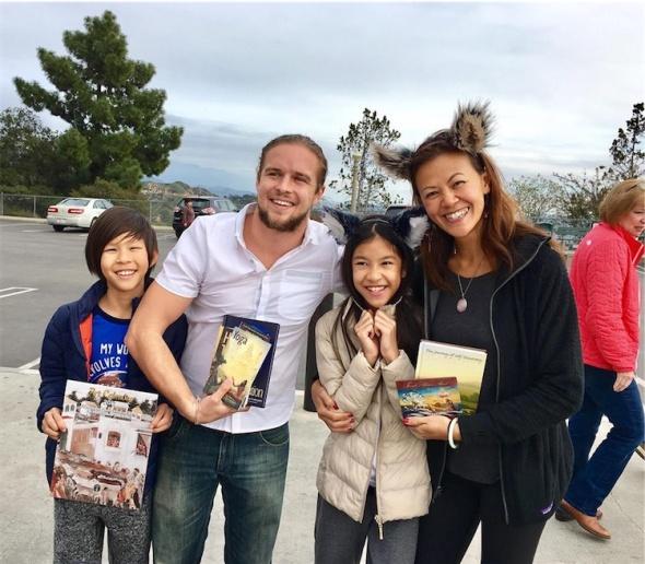 uma-familia-de-hong-kong-feliz-com-seus-novos-livros
