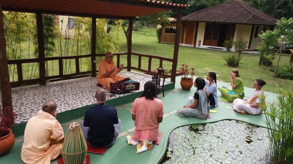 Alunos do IBEV entrevistam Chandramukha Swami.