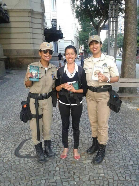 A aluna Marcela em foto após ter vendido Karma e O Rei Avatara para duas policiais.jpg