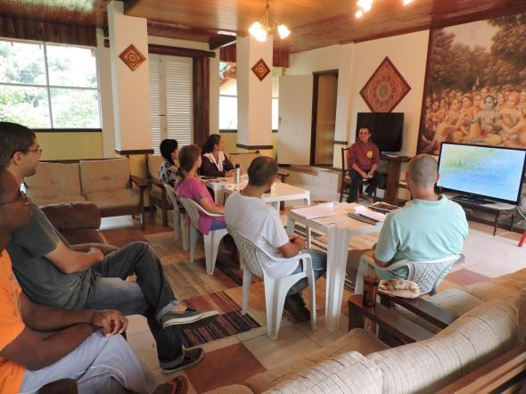 Alunos em estudo do Madhurya Kadambini. Todas as disciplinas do IBEV contam com recurso multimídia