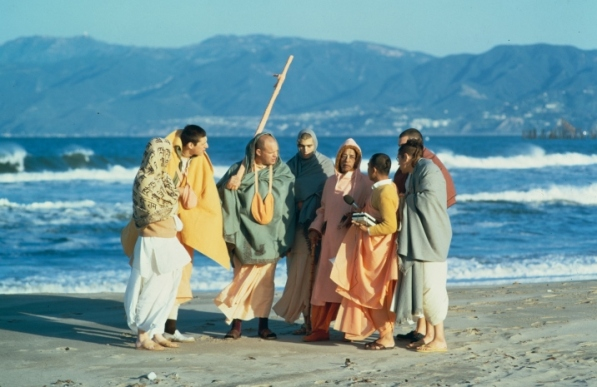 srila-prabhupada-with-desciples-on-beach